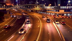 Nattsikt av rörande biltrafik på nattstadsgatan Hong Kong arkivfilmer