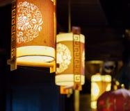 Nattsikt av raden av gatalyktor för traditionell kines Fotografering för Bildbyråer