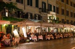 Nattsikt av restauranger på piazza Navona i Rome Royaltyfria Bilder