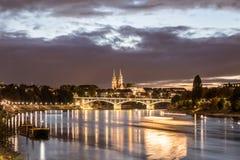 Nattsikt av Rhine River med Baseldomkyrkan Arkivbild