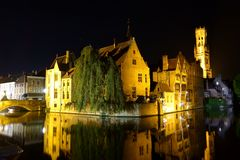 Nattsikt av Rozenhoedkaaien i Bruges arkivfoton