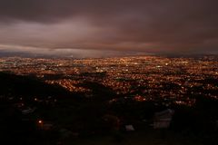 Nattsikt av San Jose från den högstämda utsiktpunkten royaltyfri foto