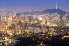 Nattsikt av Seoul i stadens centrum cityscape Arkivfoton