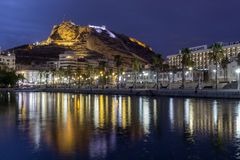 Nattsikt av sikten av den Alicante portslotten Santa Barbara på Mongomonteringen i bakgrund Javea Xabia by marina arkivbilder