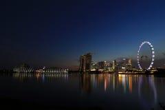 Nattsikt av Singapore Marina Bay Signature Skyline Arkivbilder
