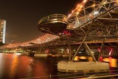 Nattsikt av Singapore spiralbron Royaltyfri Foto