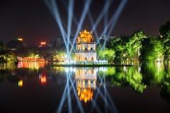 Nattsikt av sköldpaddatornet bland blåa ljusa strålar, Hanoi Arkivfoto