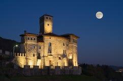 Nattsikt av slotten av Savorgnan och månen i Artegna arkivbild