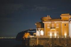 Nattsikt av Sorrento och medelhavet, Italien royaltyfria bilder
