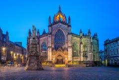 Nattsikt av St Giles Cathedral i edinburgh royaltyfri fotografi