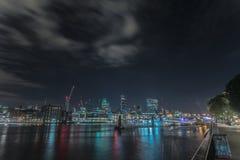 Nattsikt av staden av London Arkivfoto