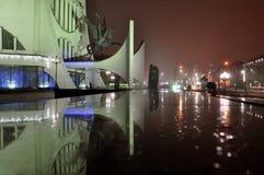 Nattsikt av staden med upplysta gataljus och reflexion Arkivfoto