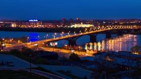 Nattsikt av stadsbron över floden arkivfilmer