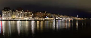 Nattsikt av Standvägen en fasionabelesplanad i Stockholm Arkivbild