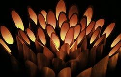 Nattsikt av stearinljusljus i bambu Arkivfoton