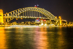 Nattsikt av Sydney Harbor Bridge royaltyfri bild