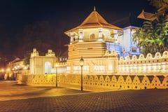 Nattsikt av templet av Buddhatanden med ljus, Kandy arkivbild