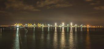 Nattsikt av terminalen för portlastbehållare i Butterworth, Malaysia Arkivfoto