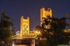 Nattsikt av tornbron, Sacramento royaltyfri foto
