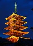 Nattsikt av tornet av templet av Japan Arkivfoto