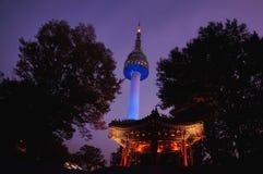 Nattsikt av tornet för N Seoul Royaltyfri Bild