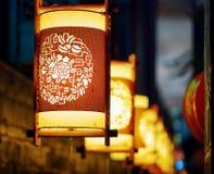 Nattsikt av traditionella orientaliska kinesiska gatalyktor Arkivbilder