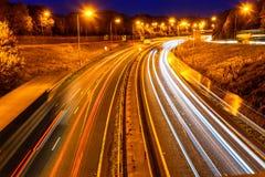 Nattsikt av trafik för UK-Motorwayhuvudväg Royaltyfri Fotografi