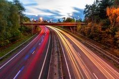Nattsikt av trafik för UK-Motorwayhuvudväg Arkivfoto
