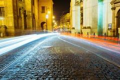 Nattsikt av trafikljus i gata i Prague Fotografering för Bildbyråer