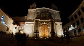 Nattsikt av turister som skriver in museet inom kyrkan av El Carmen Alto som lokaliseras i den historiska mitten av staden av Qui Royaltyfri Bild