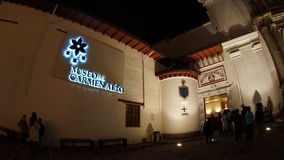 Nattsikt av turister som skriver in museet inom kyrkan av El Carmen Alto som lokaliseras i den historiska mitten av staden av Qui royaltyfria bilder