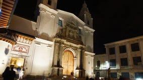 Nattsikt av turister som skriver in museet inom kyrkan av El Carmen Alto som lokaliseras i den historiska mitten av staden av Qui royaltyfria foton