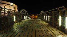 Nattsikt av vänbron på malaön i Bydgoszcz, Polen royaltyfri foto
