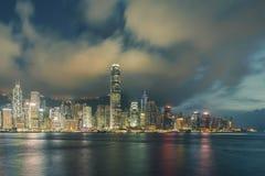 Nattsikt av Victoria Harbour i Hong Kong royaltyfri bild