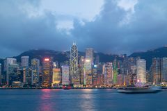 Nattsikt av Victoria Harbour i Hong Kong askfat Arkivbilder