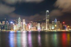 Nattsikt av Victoria Harbour i Hong Kong askfat Royaltyfri Bild