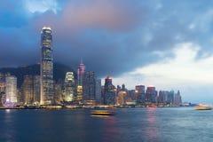 Nattsikt av Victoria Harbour i Hong Kong askfat arkivbild