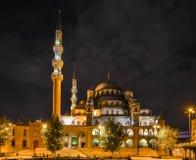 Nattsikt av Yeni Jami Mosque i Istanbul Arkivbild