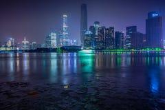 Nattsikt av Zhujiang den nya staden Arkivbild