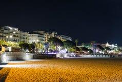 Nattsikt Cannes, Cote d'Azur, Frankrike, södra Europa Trevlig stad och lyxig semesterort av franska riviera Ber?md turist- destin arkivfoto