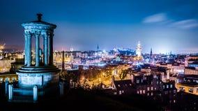 Nattsikt från den Calton kullen till Edinburg Fotografering för Bildbyråer