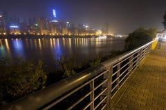 Nattsikt från den Yangtze flodstrandvägen Arkivbild