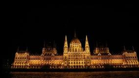 Nattsikt från floden till parlamentet av Budapest arkivfilmer