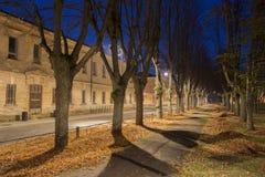 Nattsikt i Daugavpils stadsförsök nära gammal militär byggnad Fotografering för Bildbyråer