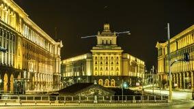 Nattsikt i mitten av den Sofia kyrkan av St Petka, råd av ministrar, nationalförsamling och presidentsämbetet lökformig Royaltyfri Fotografi