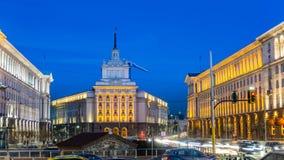 Nattsikt i mitten av den Sofia kyrkan av St Petka, råd av ministrar, nationalförsamling och presidentsämbetet lökformig Arkivfoton
