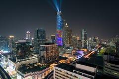 Nattsikt med skyskrapan i aff?rsomr?de i Bangkok Thailand Ljus show p? magnolior Ratchaprasong i Bangkok, Thailand royaltyfri fotografi