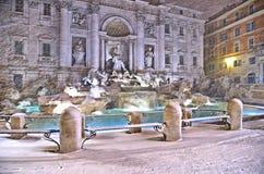 Nattsikt med tungt snöfall på Trevi-springbrunnfyrkant, den största barocka springbrunnen i staden och en av den mest berömda fou arkivfoto