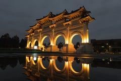 Nattsikt på valvgången av CKS Chiang Kai Shek Memorial Hall, Tapiei, Taiwan Betydelsen av den kinesiska texten på valvgången arkivbild