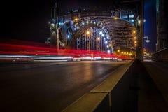 Nattsikt på den Bolsheokhtinsky bron i St Petersburg Royaltyfri Bild